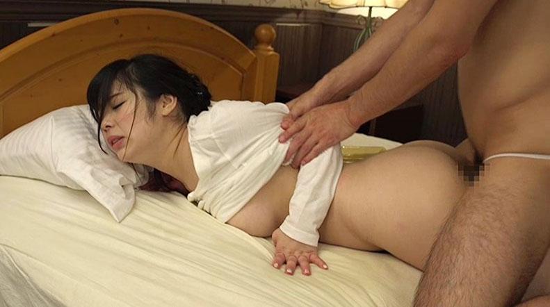 【胸チラエロ画像】隙だらけな可愛い出張マッサージ師が施術中に胸チラを連発した結果…(81枚+動画あり) 70