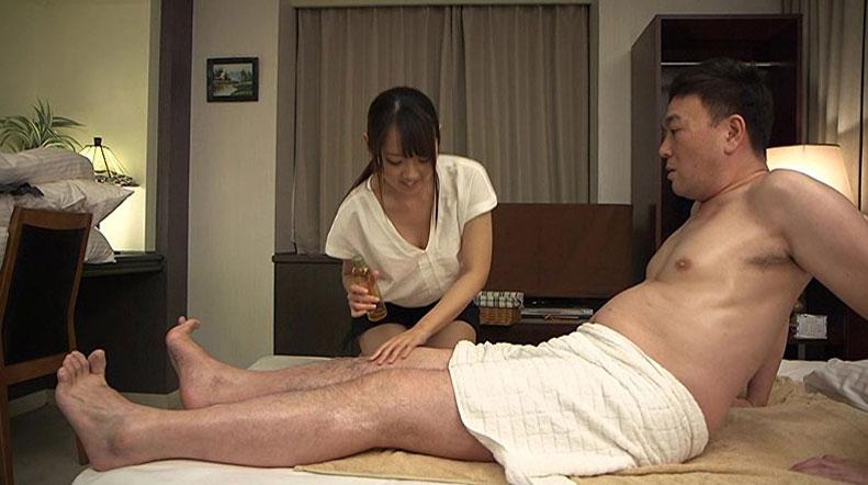 【胸チラエロ画像】隙だらけな可愛い出張マッサージ師が施術中に胸チラを連発した結果…(81枚+動画あり) 77